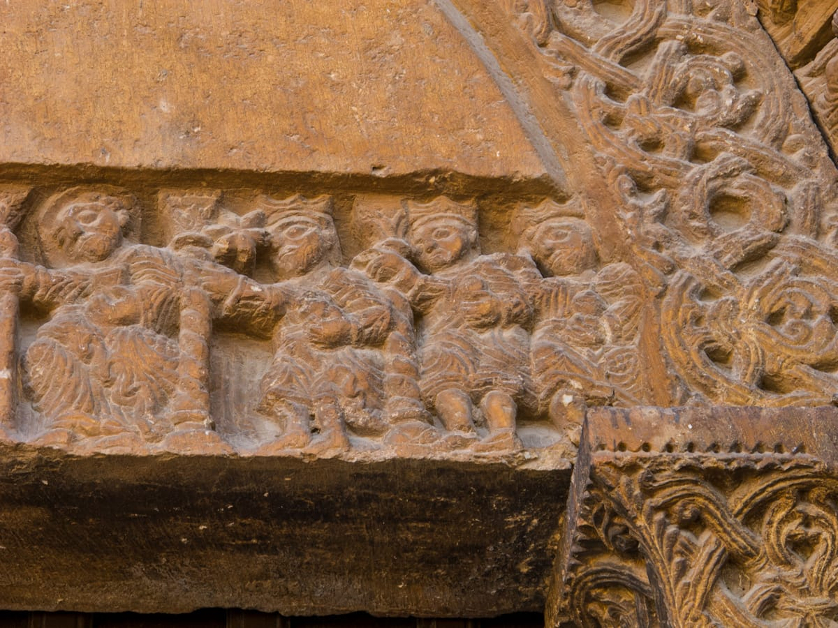 Detall dels reis d'Orient del portal de Sant Ramon del Pla de Santa Maria